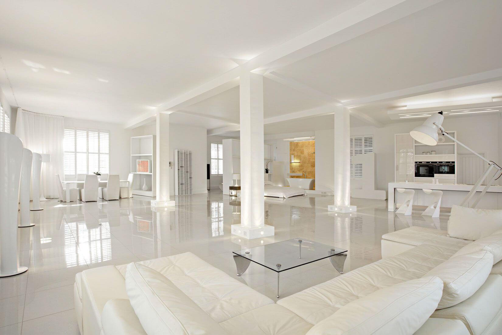 огромная белая гостиная