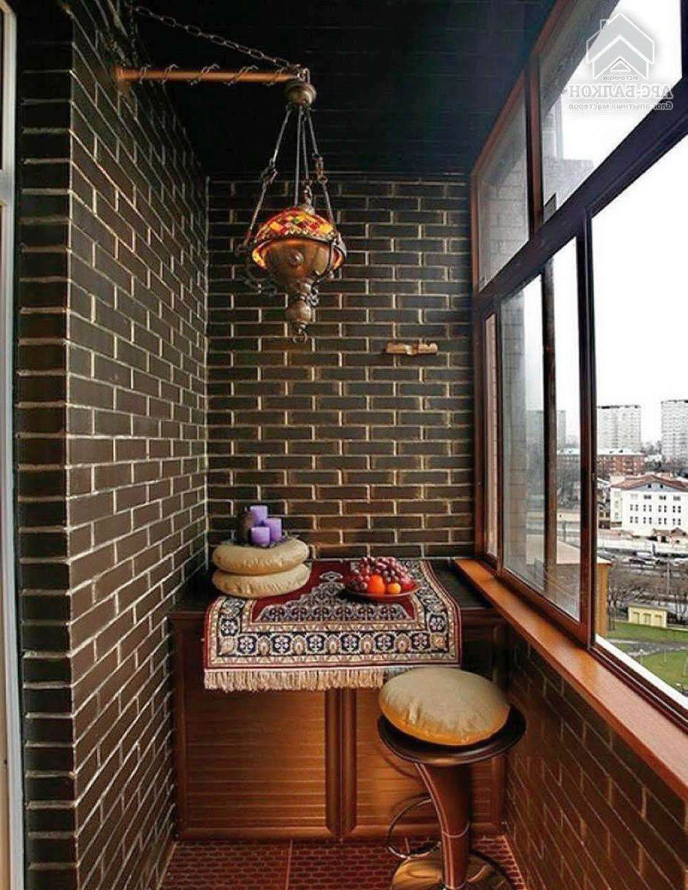 Внутренняя отделка балкона керамической плиткой под темный кирпич