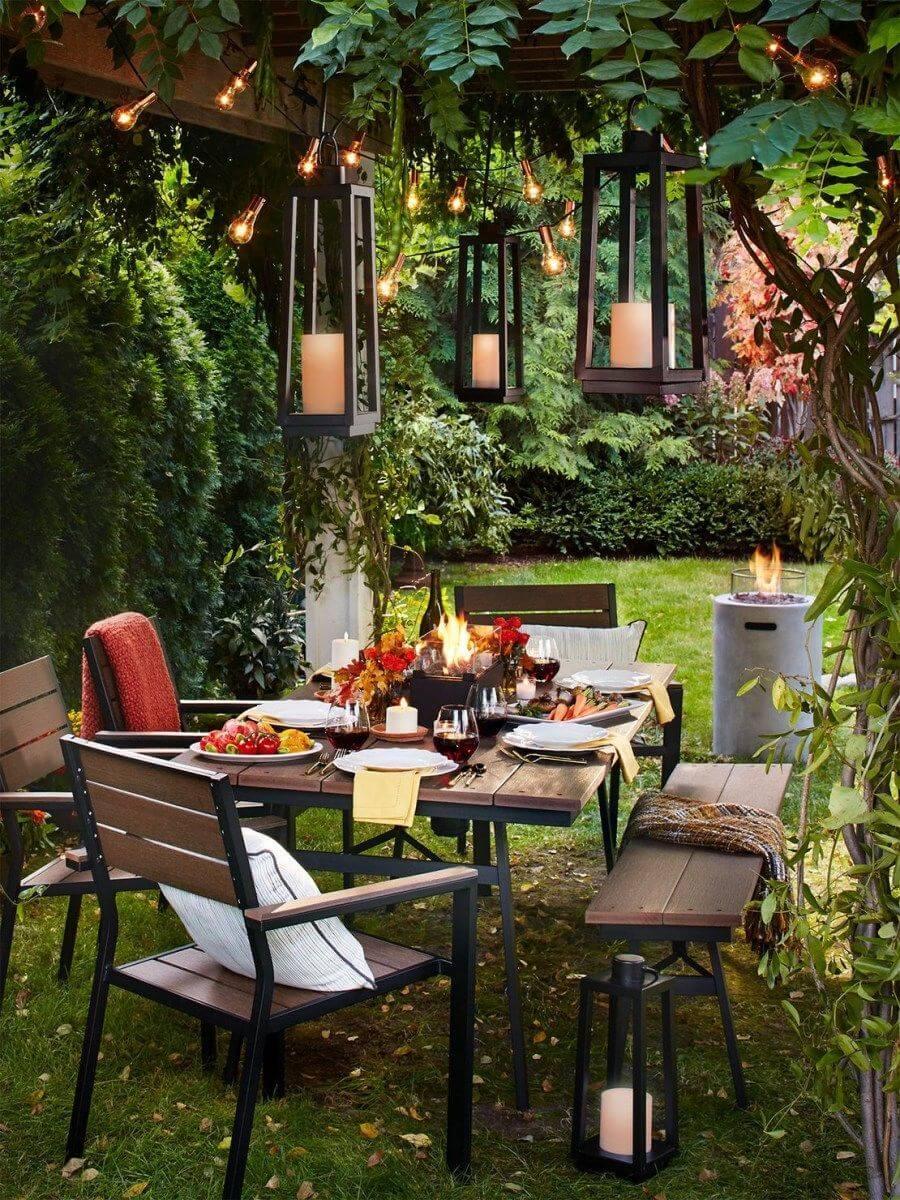 дачный двор украшенный гирляндами