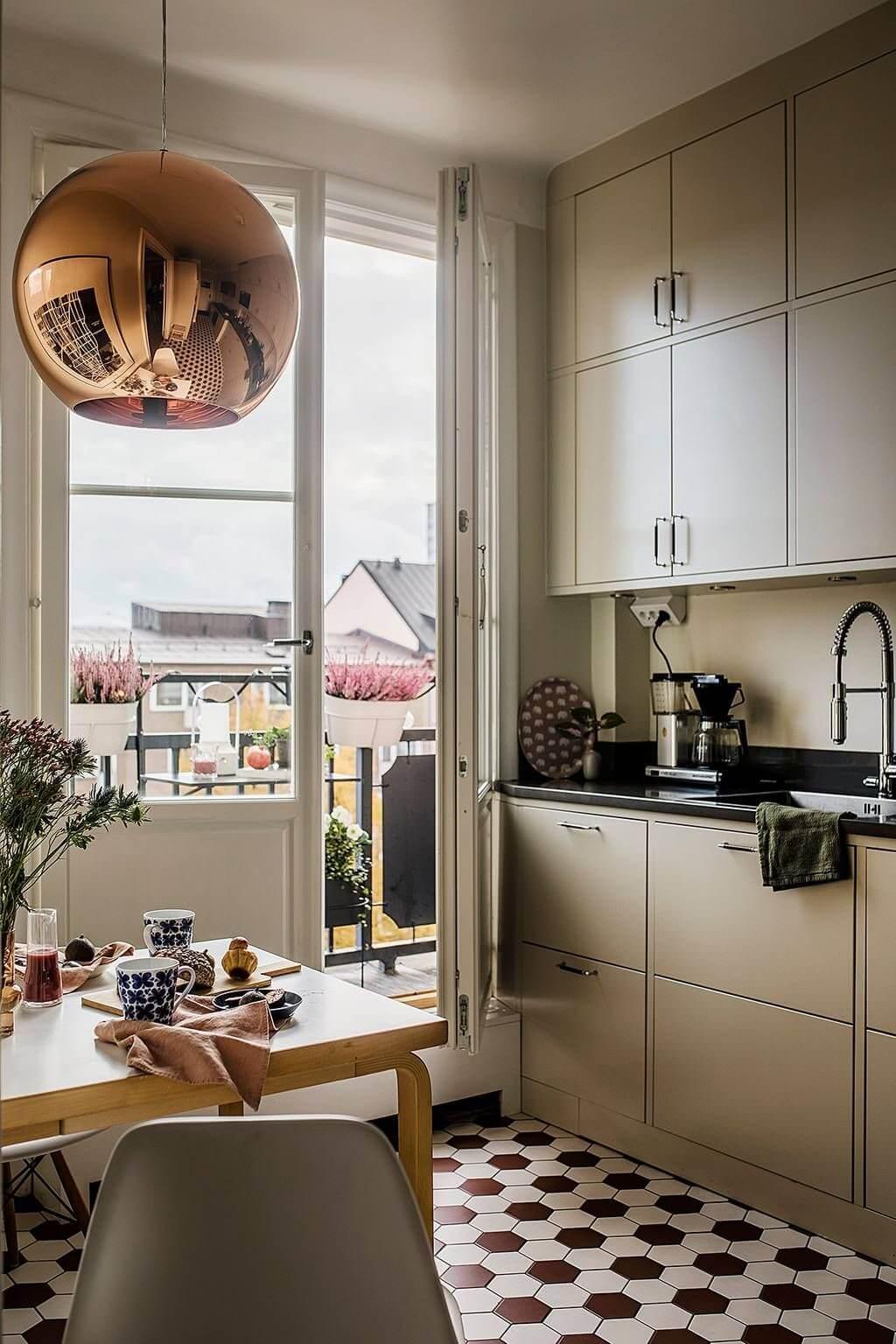 медный светильник на кухне