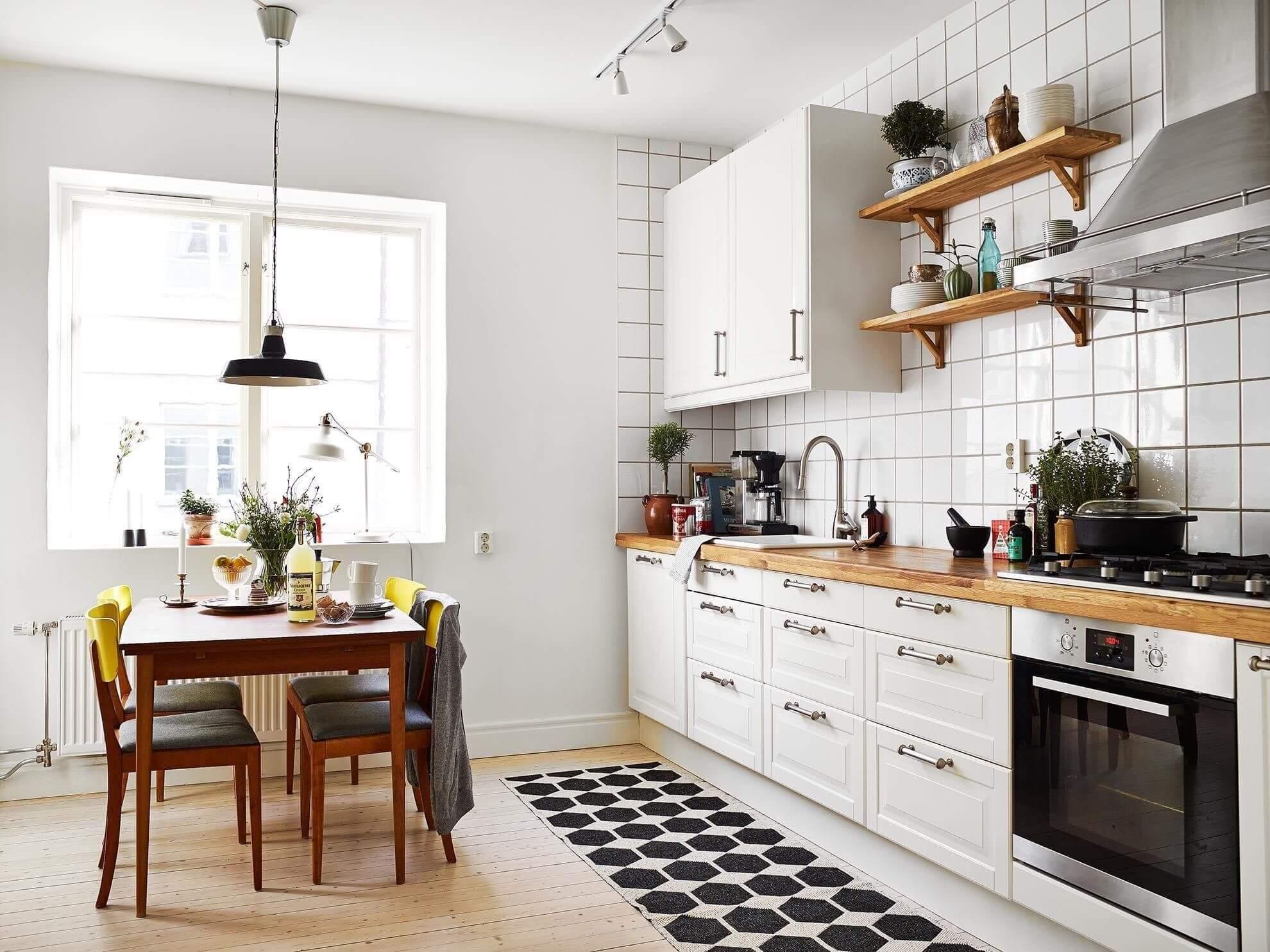 ковер с геометрическим узором на кухне